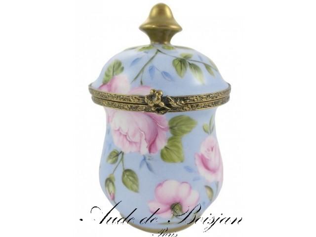 Petit pot serti décoré de roses sur putoisage bleu
