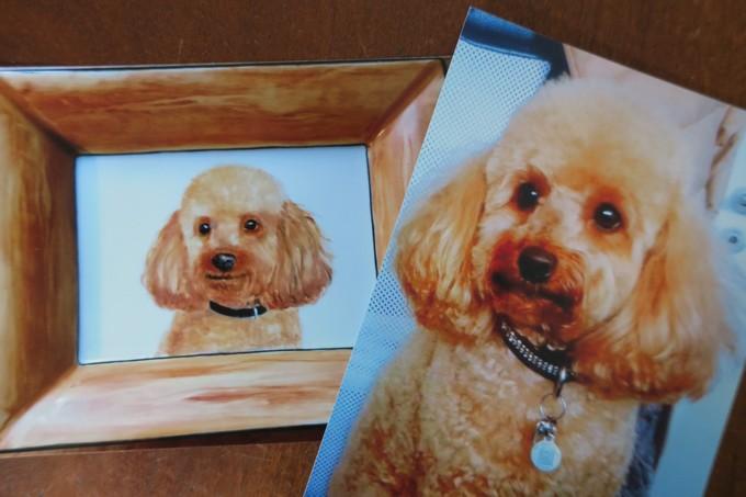 reproduction d'un chien caniche sur de la porcelaine