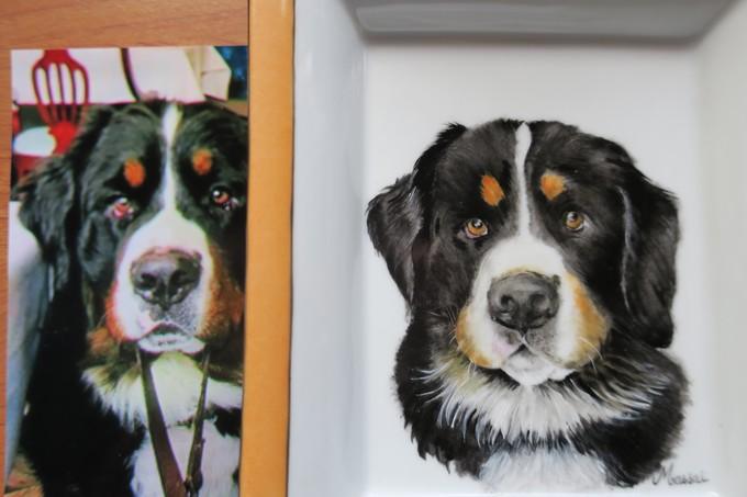 reproduction d'un chien sur de la porcelaine